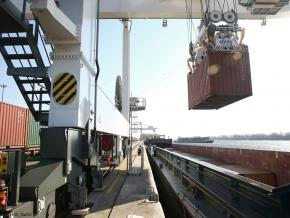 Manutention de conteneurs sur barge
