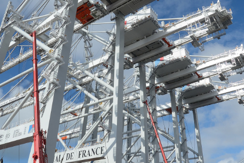 Spectacular unloading for the four latest-generation gantries brought to Le Havre